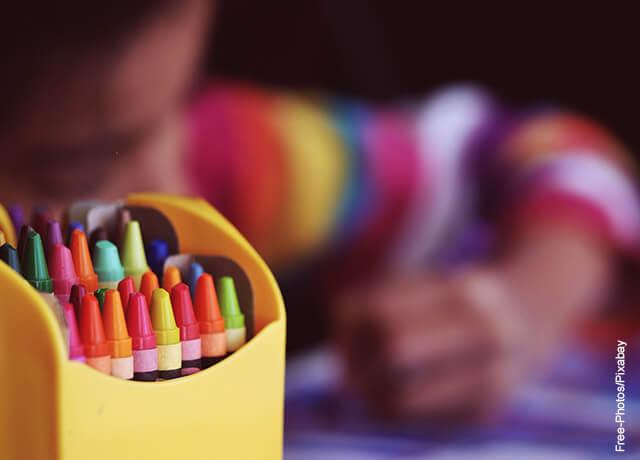 Foto de un niño coloreando