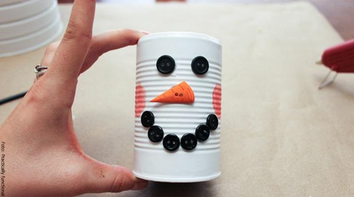 Foto de la cabeza del muñeco de nieve con latas