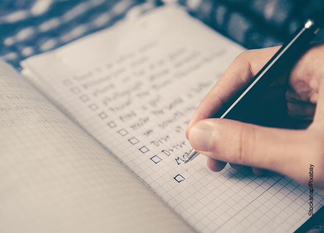 Foto de una persona escribiendo en un cuaderno