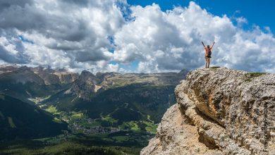 Foto de una mujer en una montaña que ilustra cómo hacer un objetivo