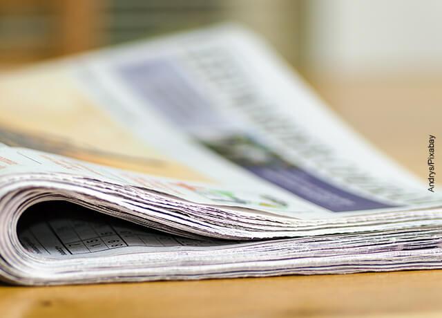 Foto de publicaciones sobre una mesa que muestran cómo hacer un periódico