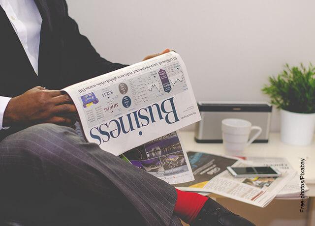 Foto de un hombre de negocios leyendo un diario