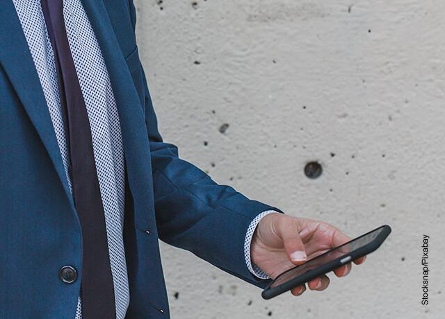 Foto de un hombre mirando su celular