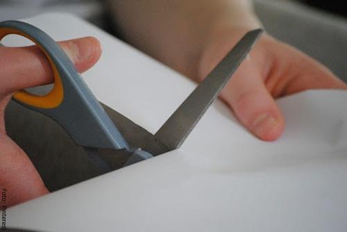 Foto de un niño cortando cartuliina