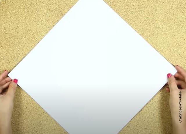 Foto de una hoja de papel cuadrada que ilustra cómo hacer un sobre de carta