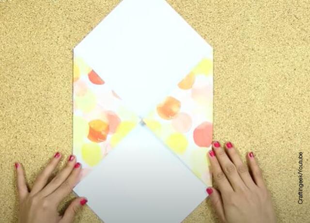Foto de una hoja de papel plegada