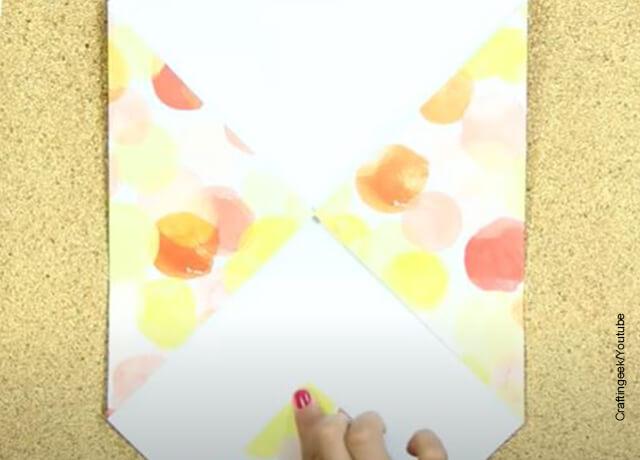 Foto de una hoja de papel doblada