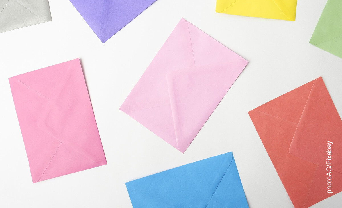 Foto de varios sobres de papel de colores