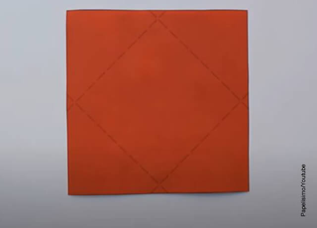 Foto de una hoja roja que ilustra cómo hacer un sobre de papel