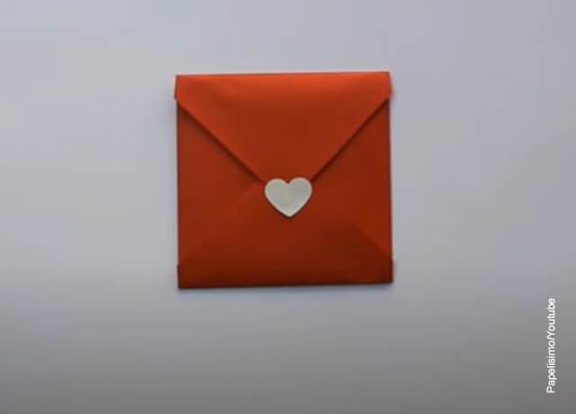 Foto de un sobre en papel rojo
