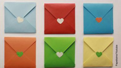 Foto de sobres de papel de colores