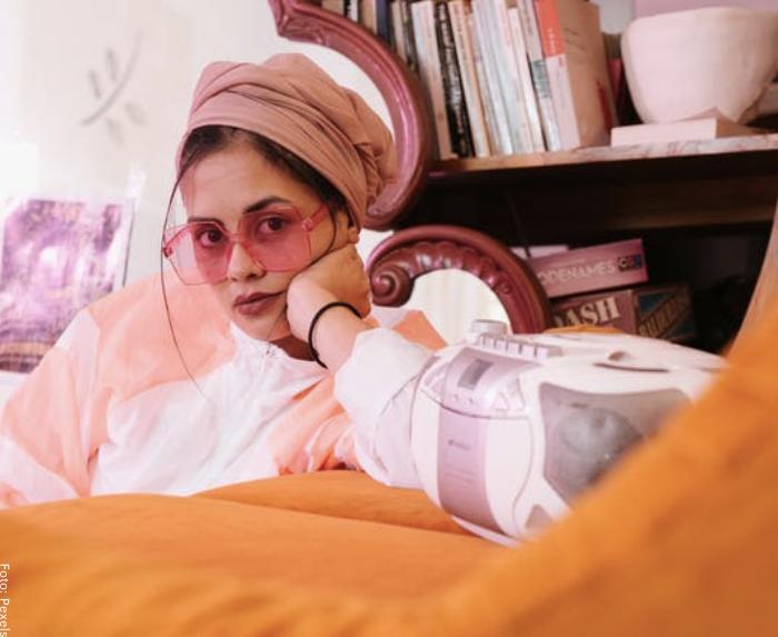 Foto de una mujer para ilustrar cómo hacer un turbante