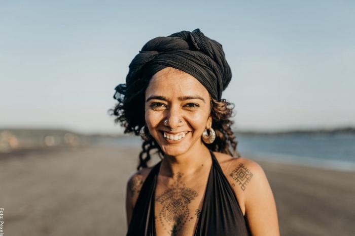 Foto de una mujer en la playa para ilustrar cómo hacer un turbante