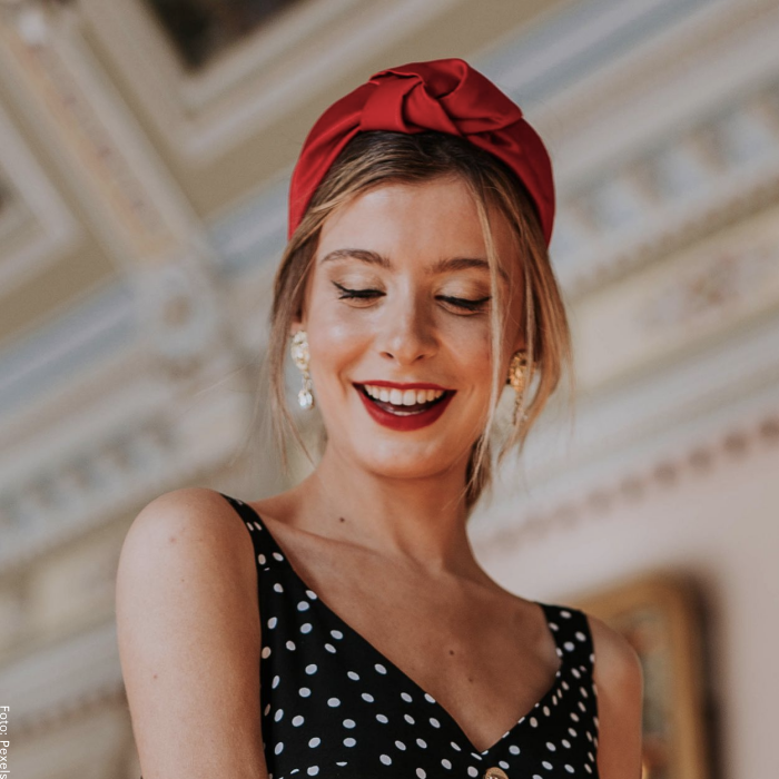 Foto de una mujer usando una diadema roja