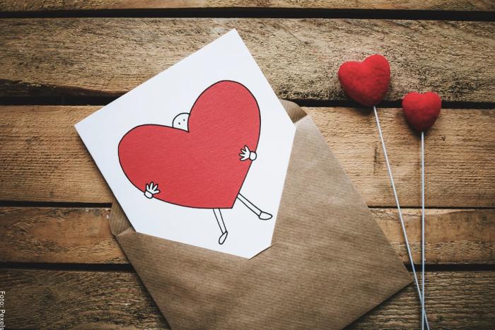 Foto de una carta con unos corazones rojos