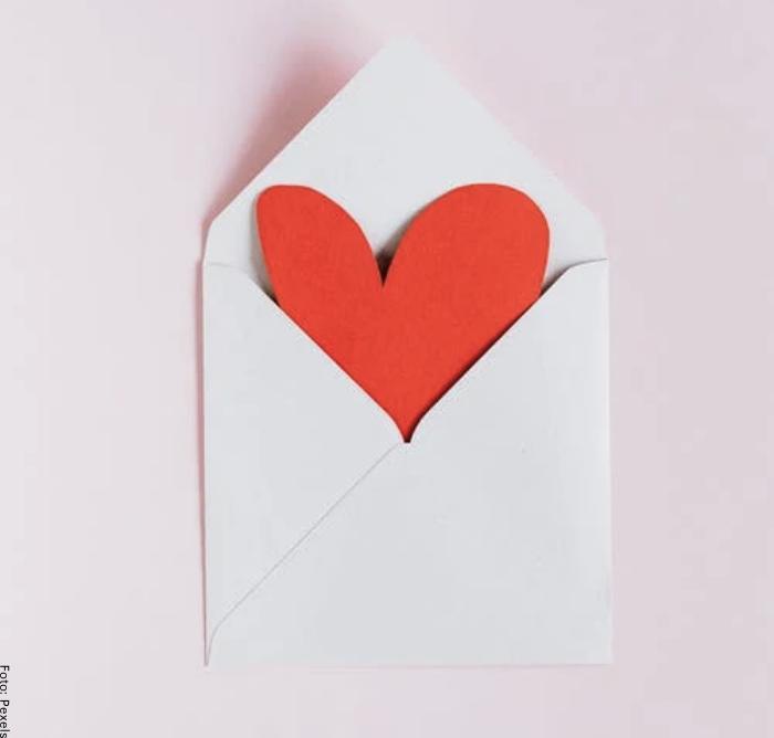 Foto de un corazón en un sobre para ilustrar cómo hacer una carta de amor