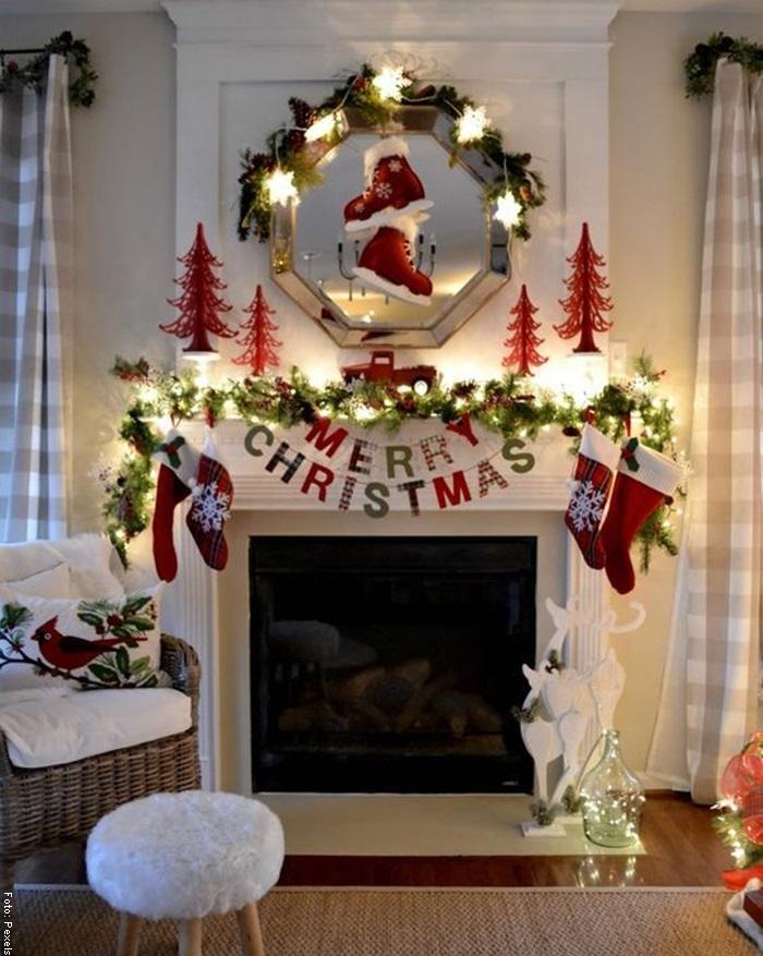 Foto de una idea de chimenea navideña decorada de blanco