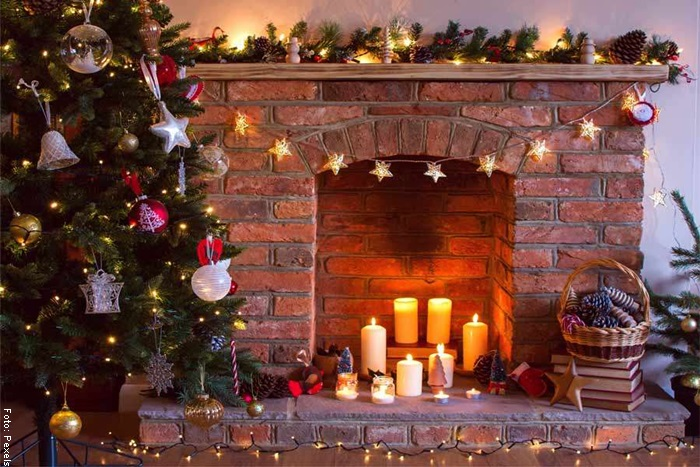Foto de una chimenea navideña con ladrillos