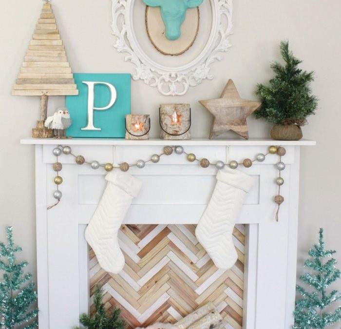 Foto de una chimenea decorada de blanco y azul
