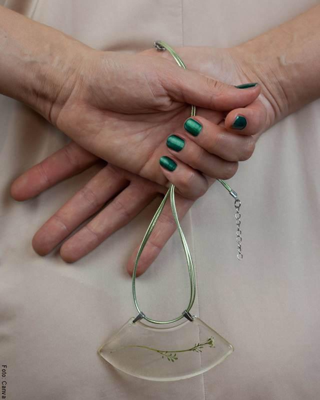 Foto de una joya verde en las manos de una mujer