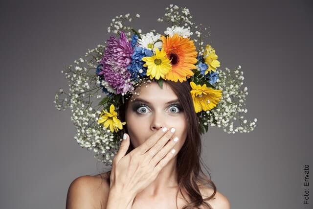 foto de una mujer sorprendida con flores en la cabeza