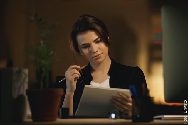 foto de una mujer revisando documentos