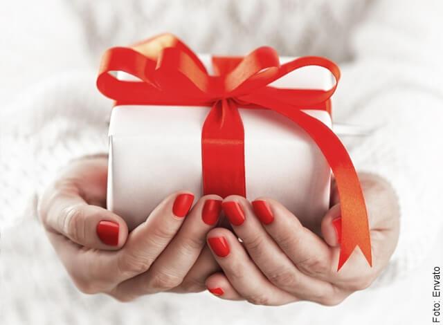 foto que ilustra unas manos entregando un regalo
