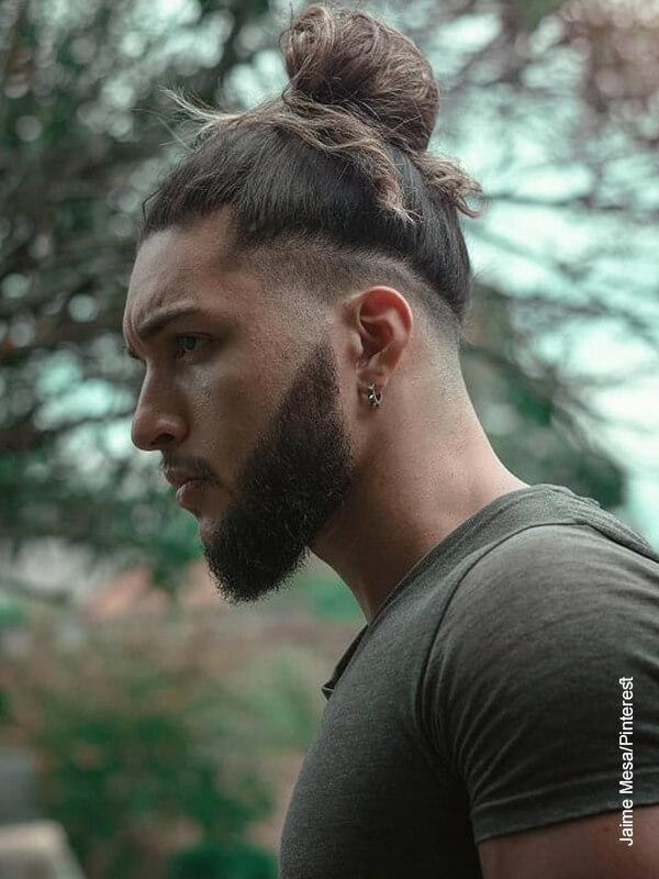 Foto de un hombre de cabello largo
