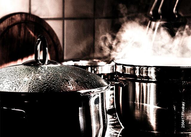 Foto de unas ollas hirviendo que ilustran una crema de tomate receta fácil de preparar