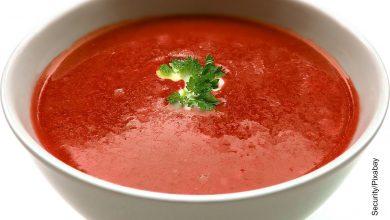 Foto de una sopa en un plato que muestra la crema de tomate receta fácil de hacer