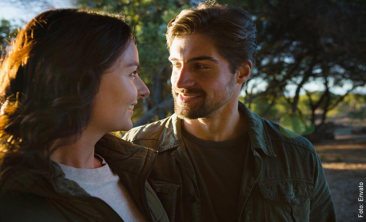 Cuando un hombre te mira fijamente a los ojos y sonríe ¿qué pasa?