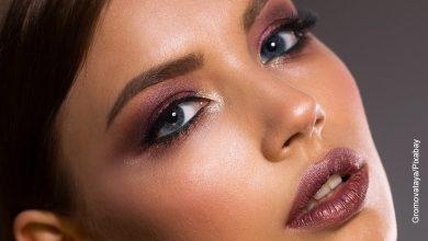 Foto de una mujer maquillada que muestra el cuidado facial