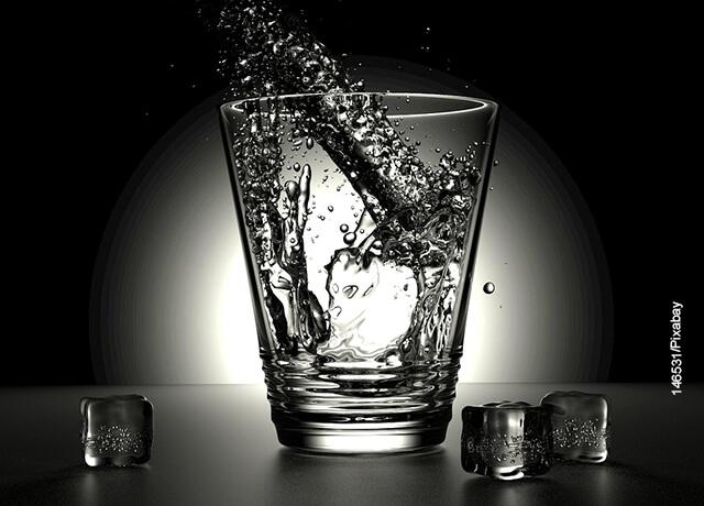 Foto de un vaso de agua llenándose que muestra el cuidado facial