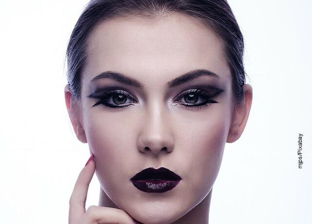 Foto del rostro de una mujer maquillada