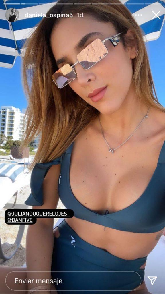 Daniela Ospina posando de frente en traje de baño en la playa.