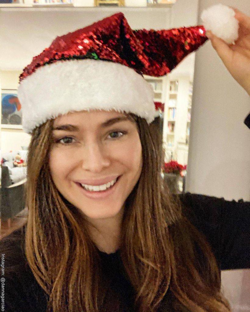 Foto de Danna García lista para disfrutar de la Navidad con un gorro de Papá Noel