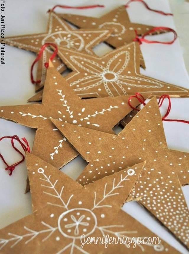 Foto de unas estrellas de cartón, parte de la decoración árbol de Navidad 2020