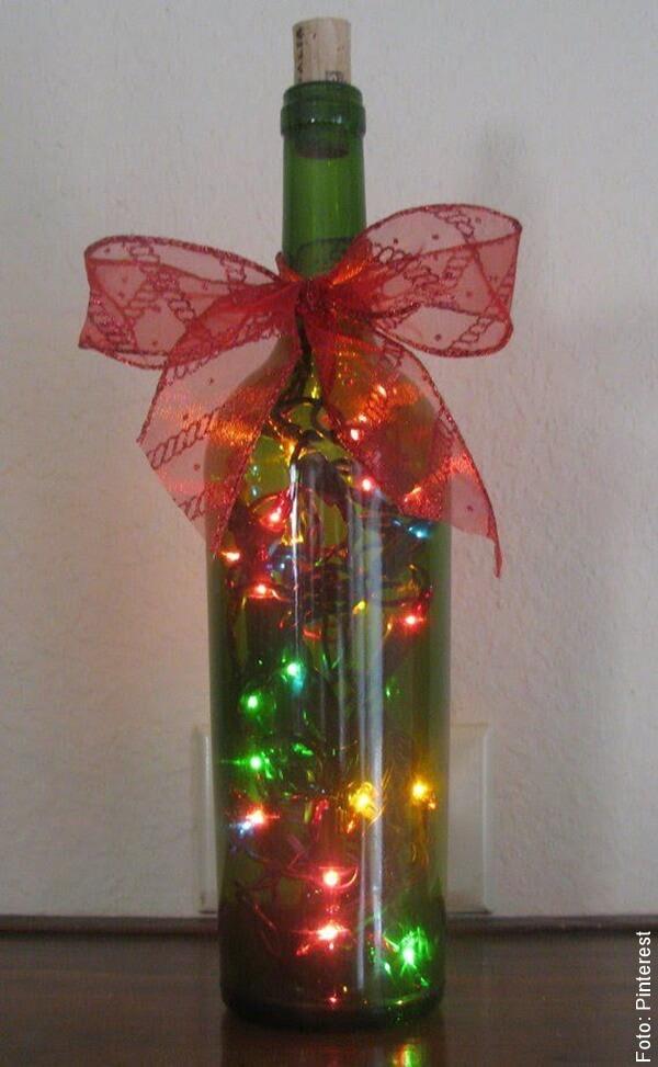 foto de adorno de navidad hecho con botellas