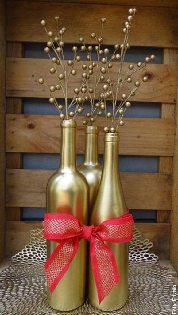 foto de adorno navideño hecho con botellas