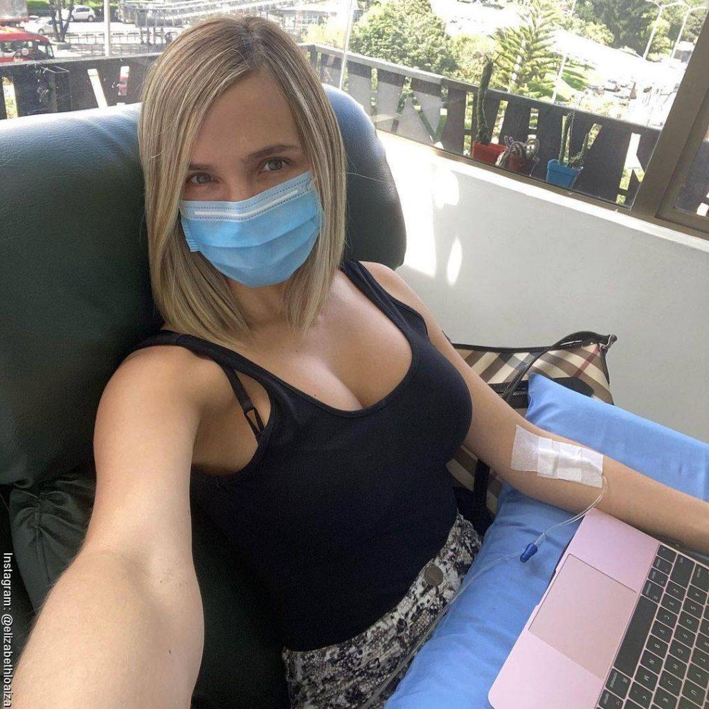 Foto de Elizabeth Loaiza durante una quimioterapia en el hospital