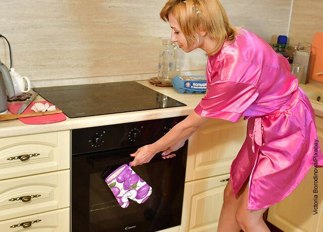Foto de una mujer horneando comida