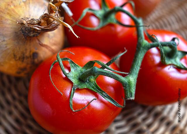 Foto de tomates y cebollas que ilustran el hogao y su receta