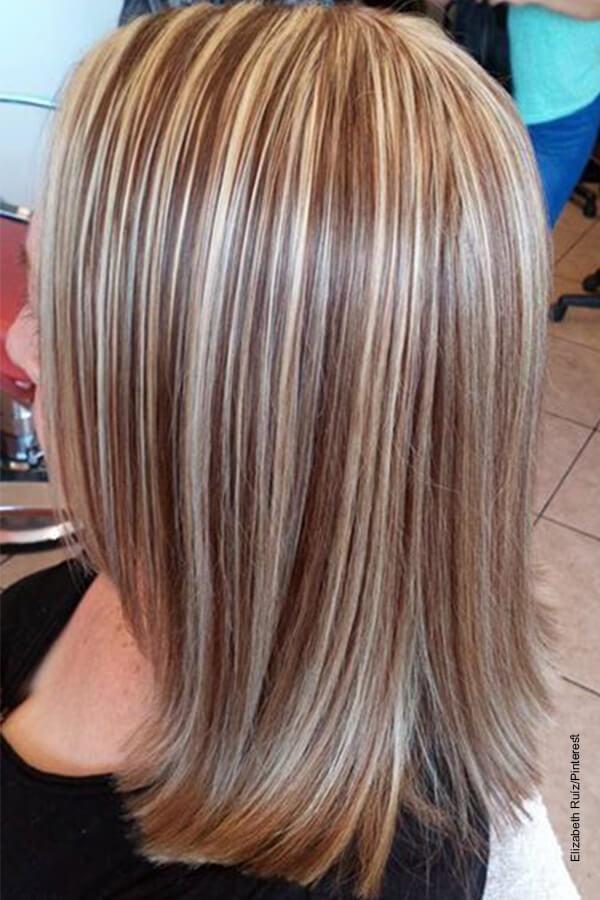 Foto de una mujer de cabello color cenizo