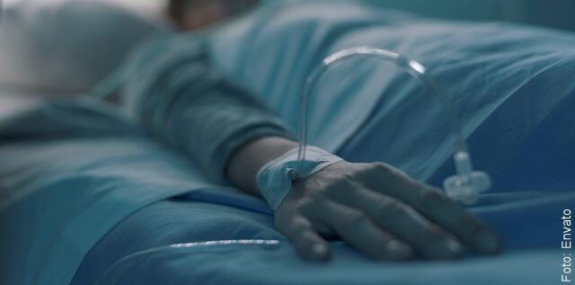 foto de persona en la cama de un hospital