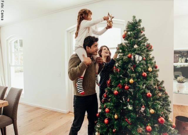 Foto de familia armando un árbol de Navidad