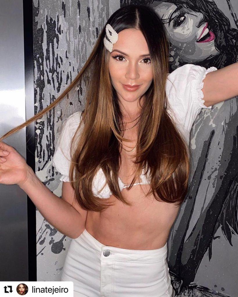 Lina Tejeiro en crop top blanco y jean blanco.