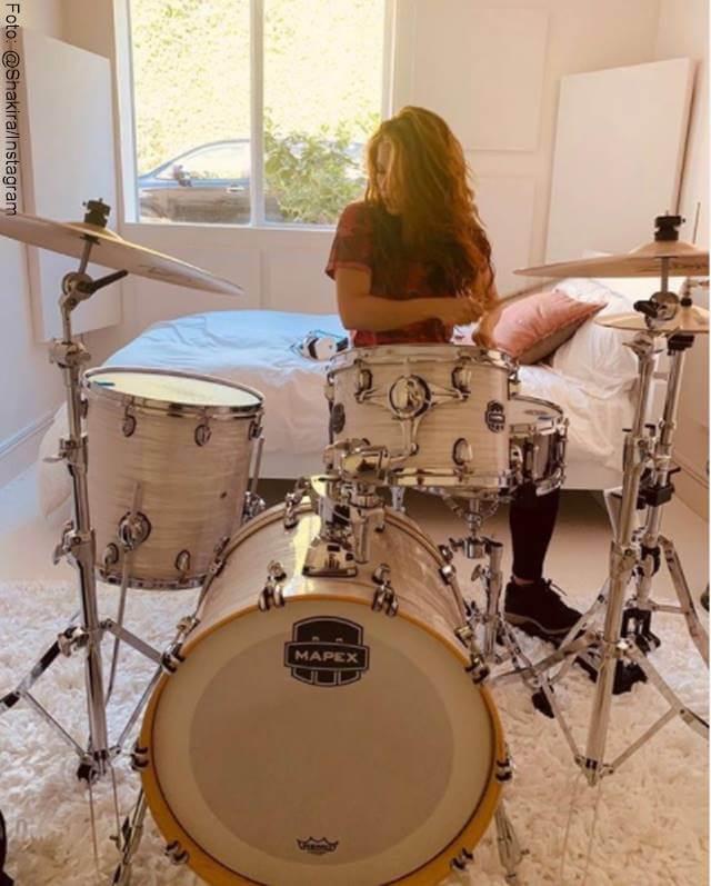 Foto de Shakira tocando batería
