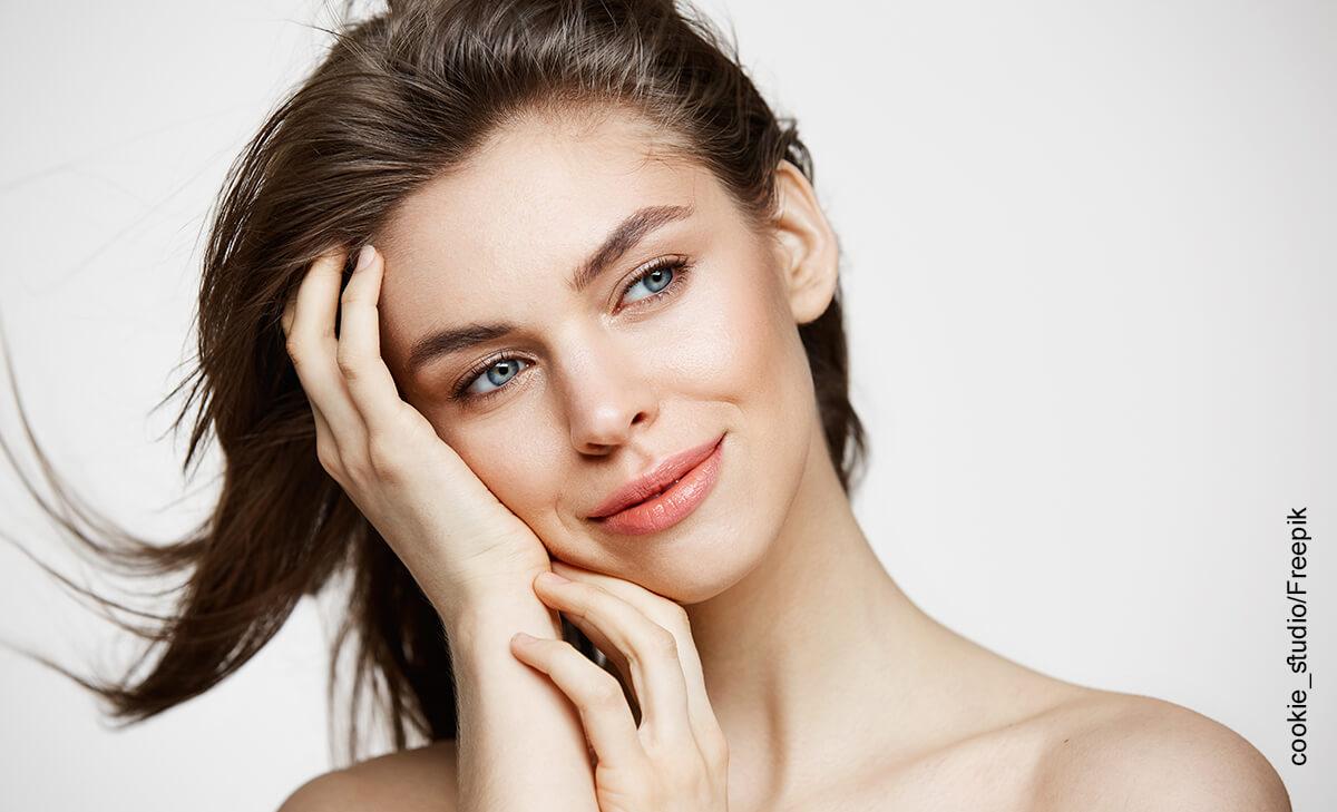 Foto del rostro de una mujer sonriente que ilustra una mascarilla de café y aceite de coco