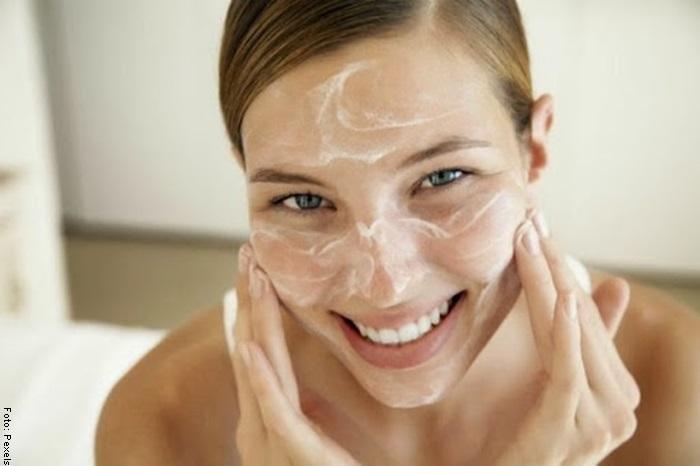 Foto de una mujer aplicando mascarilla para blanquear la cara
