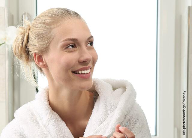 Foto de una mujer con bata de baño sonriendo